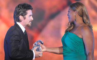 Christian Bale premiato dalla presentatrice Queen Latifah
